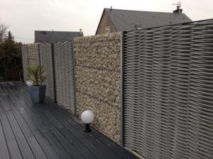 Mur de gabion et panneaux de fibre imputrescible